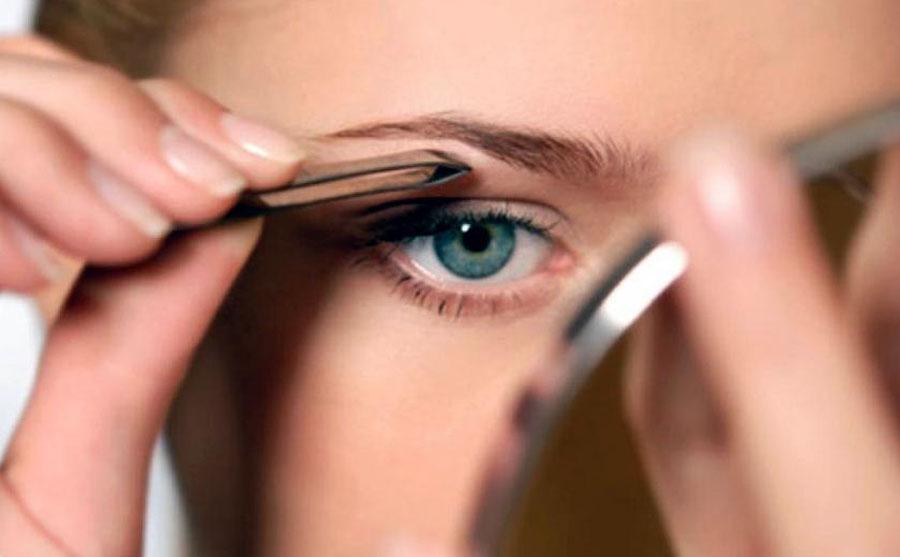 Выщипывание волос пинцетом в зоне бровей